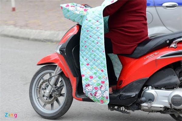 Trước đó vài ngày, lúc Hà Nội bắt đầu trở lạnh, trên mạng xã hội đã xôn xao khi thấy hình ảnh này. Loại áo lạ mắt nhanh chóng được giới trẻ tìm kiếm tại các trang mua bán online.