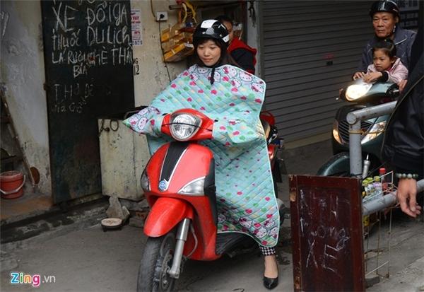 Bạn Kiều ở Trần Duy Hưng (Hà Nội) là một trong những khách hàng đầu tiên mua sớm mặt hàng này. Sau khi mặc thử, Kiều nhận xét, áo gọn nhẹ, khi mặc điều khiển xe khá dễ dàng, không vướng như mọi người lầm tưởng.