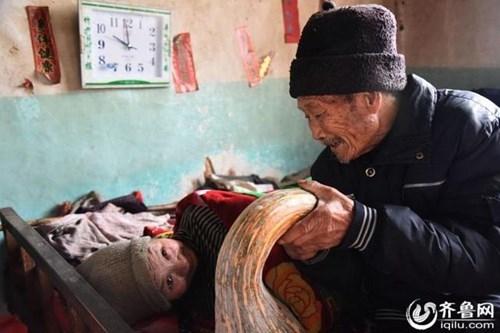 Tình yêu vô điều kiện mà ông Du dành cho vợ đã khiến hàng xóm vô cùng cảm động. (Ảnh Internet)