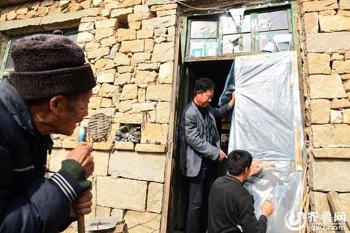 Chính quyền địa phương cũng đã hỗ trợ về kinh tế để giúp vợ chồng ông Du không còn phải lo lắng quá nhiều về cuộc sống. (Ảnh Internet)