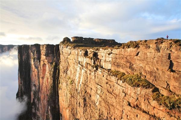 Để lên được đỉnh núi hầu như chỉ có một con đường là cầu thang tự nhiên.(Ảnh: Viral Nova)