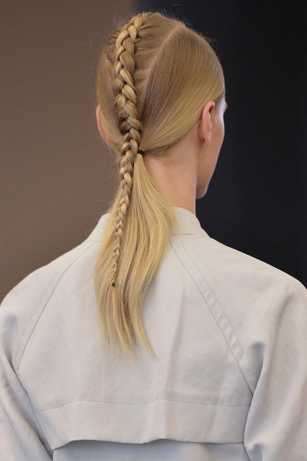... tóc tết ngôi giữa kết hợp với đuôi ngựa thấp...