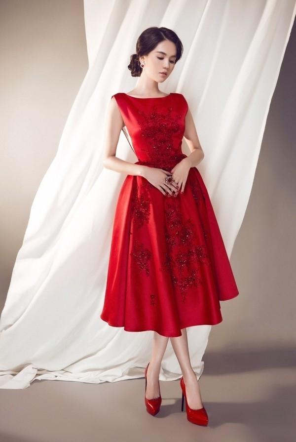 """Trang phụcnhanh chóng bịphát hiện là sản phẩm """"mượn ý tưởng""""từ bộ váy mà nữ ca sĩ Taylor Swift diện cách đây không lâu. Dĩ nhiên, Ngọc Trinh đã thẳng thắn thừa nhận vì quá yêu thích thiết kế nàynên đã đặt làm lại nhưng ngắn hơn bản gốc,và cô nàng đã nhận được nhiềulời khen ngợi cho bộ váy tinh tế."""