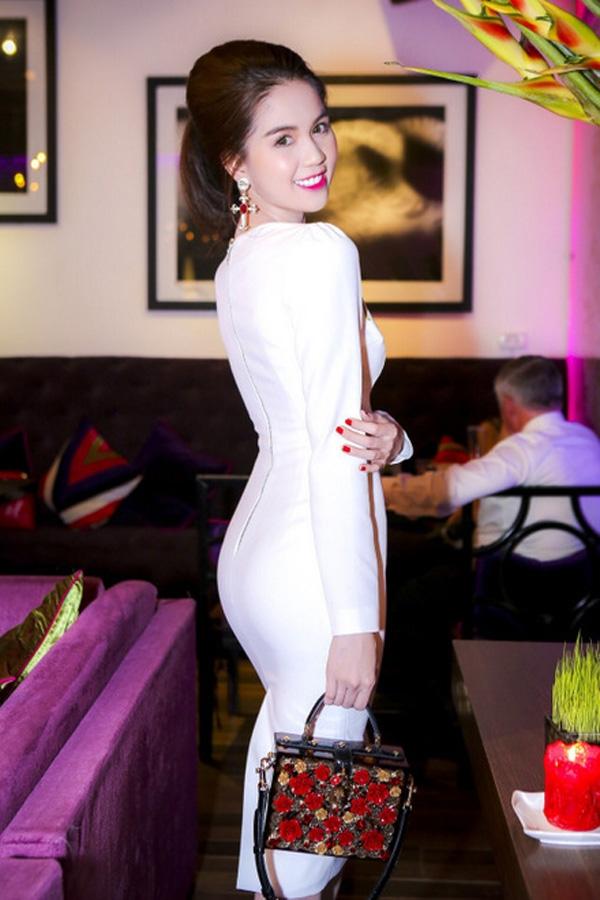 Ngay sau khi Dolce and Gabbana trình làng bộ sưu tập mới mang tên I love you, mama! với họa tiết hoa hồng làm chủ đạo, Ngọc Trinh đã ngay lập tức đặt may lại một mẫu váy tương tự. Tuy nhiên, thay vào họa tiết hoa hồng đính kết, bộ váy của Ngọc Trinh lại được in thường. Thiết kế giúp người đẹp phô diễn khéo léo tỉ lệ cơ thể hoàn hảo.