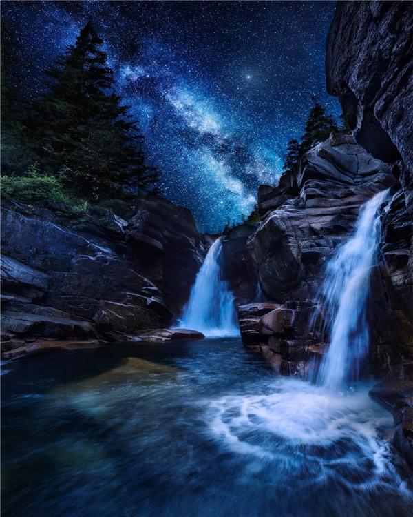 Đâu đó ở Canada vào ban đêm, thiên nhiên chuyển mình thành thiên đường. (Ảnh: IG@dangreenwoodphotography)