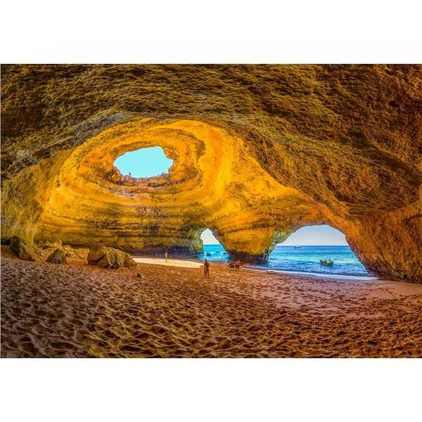 Động đáBenagil như mái vòm khổng lồ che mát cho bờ biển nơi đây. (Ảnh: IG@_paulerik)