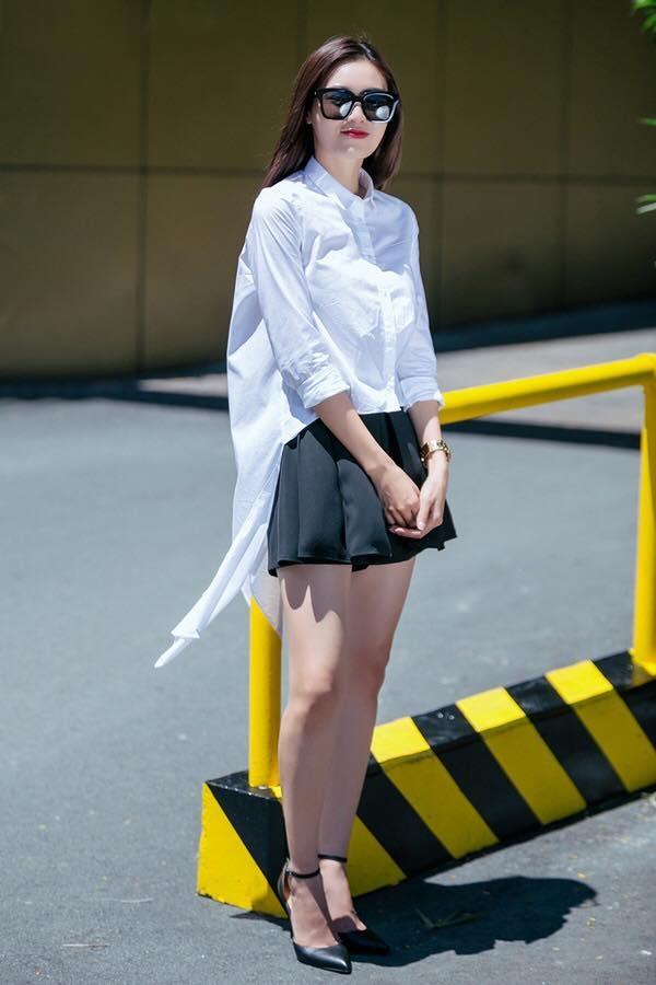 Ninh Dương Lan Ngọc lại sở hữu chiếc áo có hai tà bất đối xứng lạ mắt. Thiết kế này sẽ vô cùng phù hợp để các cô nàng phô diễn khéo léo đôi chân nuột nà.