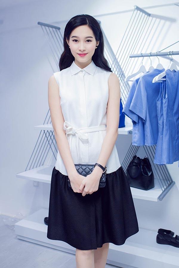 Hoa hậu Đặng Thu Thảo lại diện sơ mi giả váy khá độc đáo. Thoạt nhìn, chắc chắn không nhiều người nhận ra đây là một thiết kế váy suông có thắt lưng bằng vải.