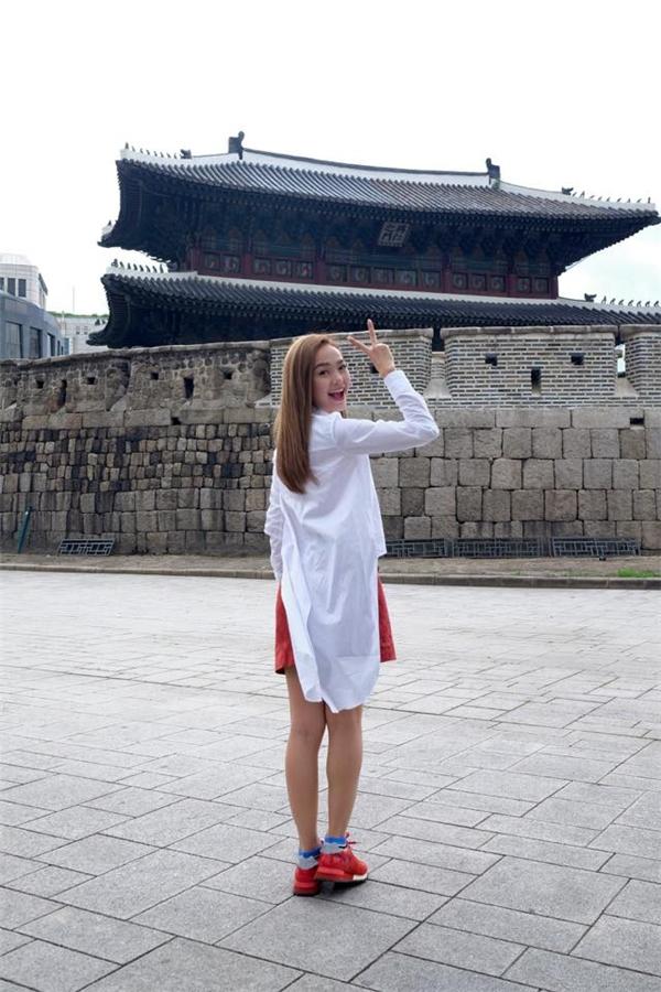 Cùng sở hữu thiết kế tương tự, thay vào chân váy xòe ngắn của Lan Ngọc, Minh Hằng lại kết hợp cùng chân váy midi có tông đỏ cam nổi bật.