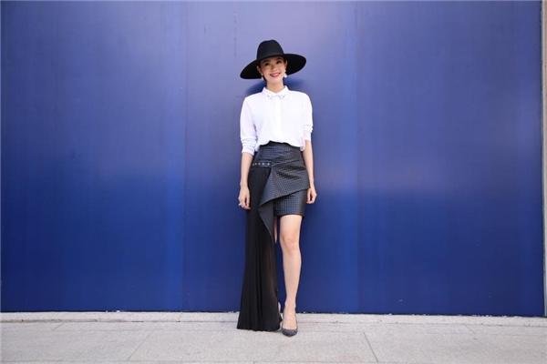Trong một bộ trang phục khác, nữ ca sĩ xinh đẹp lại gây ấn tượng mạnh khi diện cùng chân váy đen có cấu trúc cầu kì. Bộ trang phục càng trở nên lạ mắt khi phụ kiện đi cùng là chiếc mũ fedora vành ngang khá mạnh mẽ, cá tính.