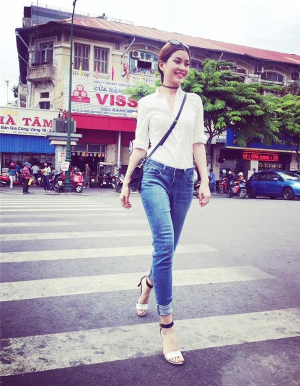 Hai hình ảnh khác biệt của Diễm Trang khi diện sơ mi trắng: một năng động, cổ điển; một gợi cảm, táo bạo. Á hậu Việt Nam 2014 được nhận xét có gu thời trang đường phố thay đổi tích cực trong thời gian gần đây.