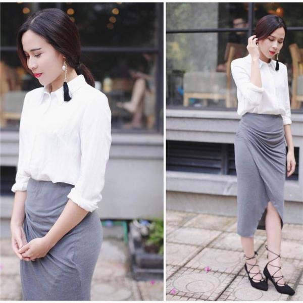 Sơ mi trắng và chân váy là sự kết hợp kinh điển chưa bao giờ lỗi mốt. Bộ trang phục của Lưu Hương Giang tạo điểm nhấn nhờ những đường gấp nếp tinh tế, nhẹ nhàng nơi chân váy.