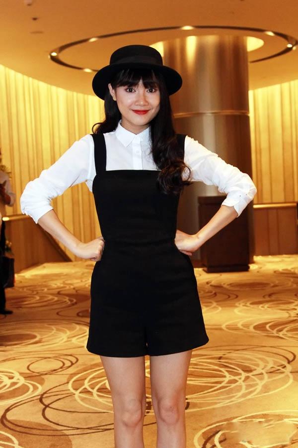 Với những cô nàng yêu chuộng vẻ ngoài trẻ trung, kiểu váy yếm diện cùng sơ mi của Nhã Phương sẽ là một gợi ý khó thể chối từ.