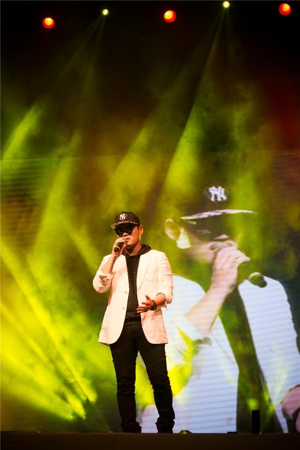 Trái với vẻ ngoài chất lừ, Lee Jung mang tới một bài hát trầm ấm và sâu lắng.