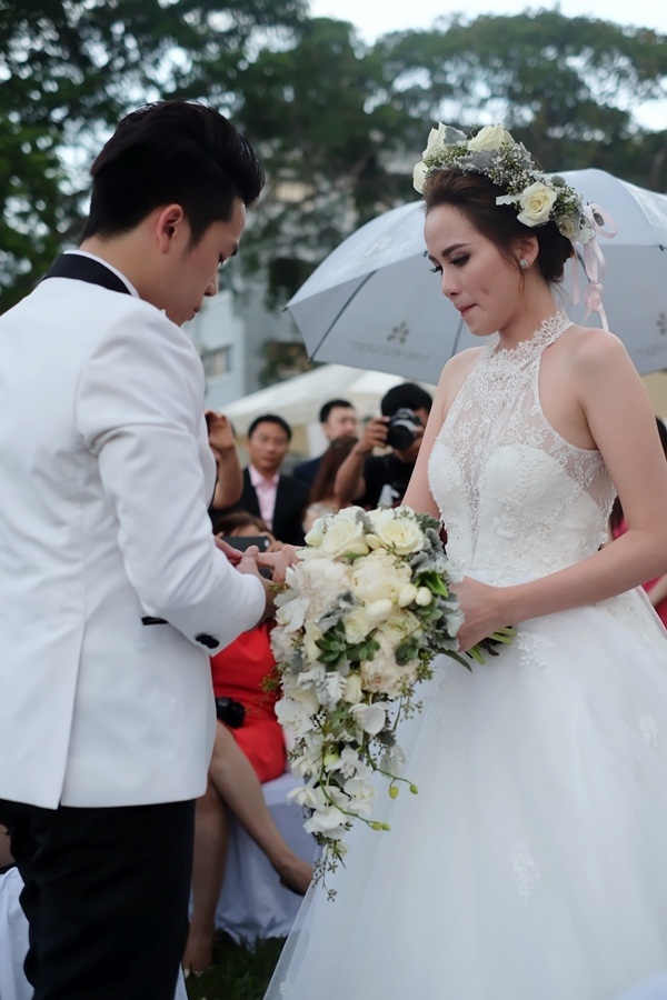 Diễm Hương bật khóc, ôm hôn ông xã trong ngày cưới - Tin sao Viet - Tin tuc sao Viet - Scandal sao Viet - Tin tuc cua Sao - Tin cua Sao