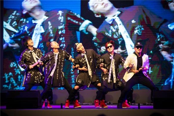 Ngay sau đó, Lee Jung thể hiện tài vũ đạo trong tiết mục kết hợp cùng những chàng trai nhóm Nolza.