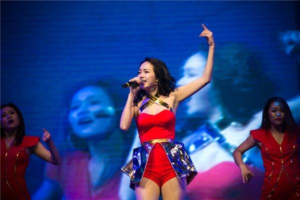 """Minh Hằng tiếp nối chương trình. Cô cho biết bản thân khá áp lực khi phải trình diễn ngay sau """"nữ hoàng nhạc phim"""" Baek Ji Young."""