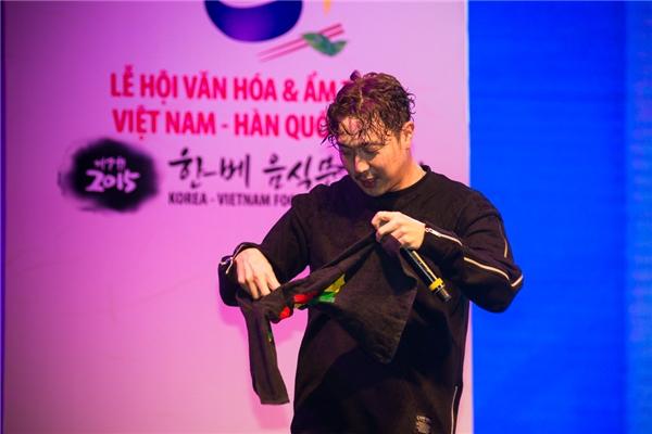 Fan Việt sướng rơn khi được Haha vuốt tóc đầy tình cảm
