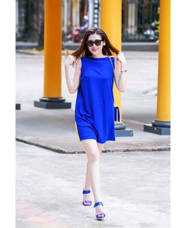 Trong những ngày cuối hè, đầu thu vừa qua, sắc xanh cobant đã mang đến âm hưởng mới mẻ giữa những sắc màu đặc trưng như: be, xám, ghi. Á hậu Tú Anh là một trong những mĩ nhân tiên phong lăng xê xu hướng màu sắc này. Á hậu Việt Nam 2012 chọn cách phối trang phục, phụ kiện theo phong cách tông xuyệt tông.