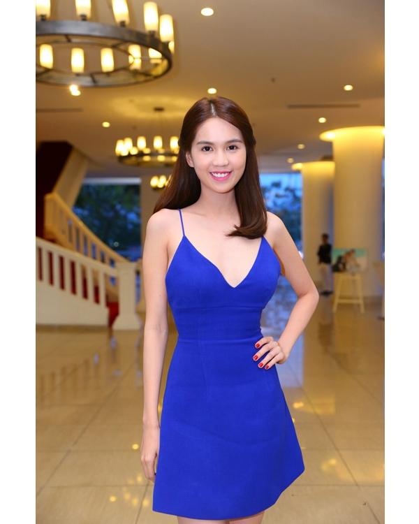 Trong tiệc cưới của Văn Anh - Tú Vi, Ngọc Trinh xuất hiện đơn giản nhưng vô cùng nổi bật trong bộ váy hai dây có tông xanh cobant.