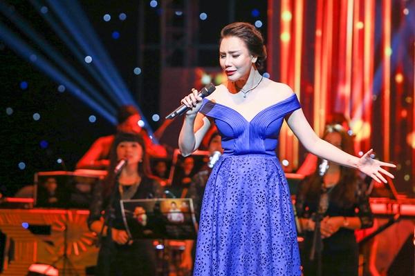Hồ Quỳnh Hương trẻ trung, gợi cảm với thiết kế trễ vai kết hợp phần chân váy mullet cắt laser cầu kì.
