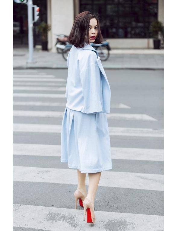 Nữ ca sĩ Phạm Quỳnh Anh nhẹ nhàng xuống phố với cả cây xanh pastel sang trọng, quý phái. Thiết kế giúp bà mẹ một con phô diễn vẻ đẹp điệu đà, cuốn hút. Gam màu này khá được ưa chuộng khi phù hợp với nhiều màu da, dáng người.