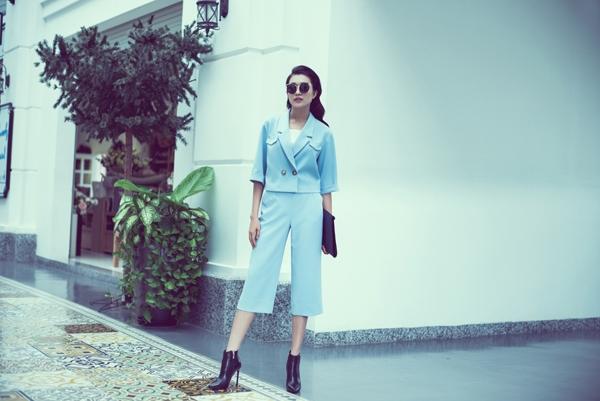 Cùng diện trang phục có màu sắc tương tự nhưng sự kết hợp giữa quần culottes cùng áo vest lửng của áhậu Lệ Hằng lại có vẻ phù hợp với những cô gái có chiều cao tốt cùng tỉ lệ vóc dángcân đối.