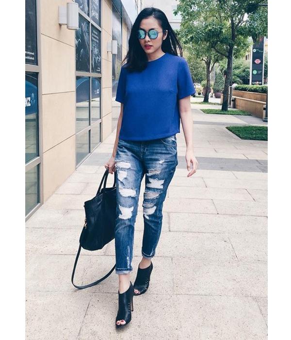 Tăng Thanh Hàvận dụng sắc xanh vào trong bộ trang phục đường phố cá tính, năng động.