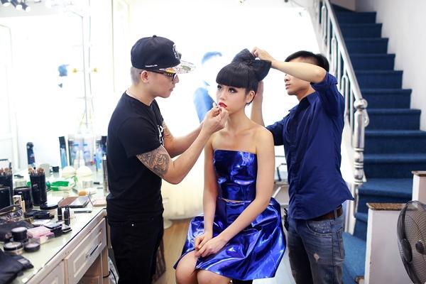 Nếu muốn trở thành tâm điểm giữa đám đông, ánh kim luôn là lựa chọn hoàn hảo. Jessica Minh Anh không ngần ngại mang bộ váy gợi cảm, nổi bật lên sóng truyền hình quốc gia.