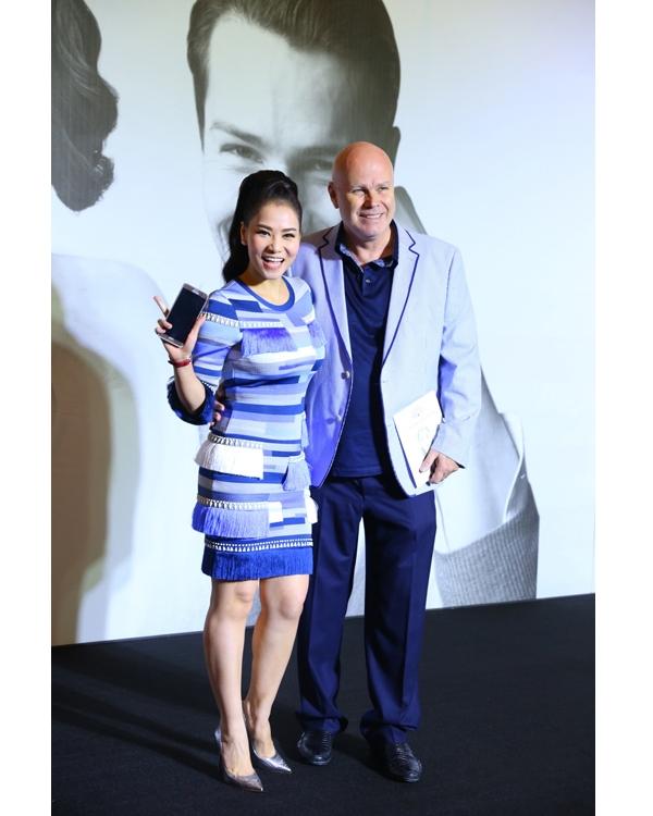 Cùng diện sắc xanh, nếu như Thanh Thúy gợi cảm với chất liệu ren xuyên thấu thì Thu Minh lại nền nã, nhẹ nhàng hơn với dáng váy ôm sát cổ điển.