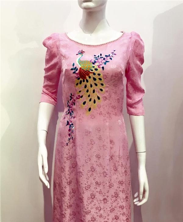 Cận cảnh phần thân trên của chiếc áo dài được nhà thiết kế Thuận Việt chia sẻ cách đây ít ngày trên trang cá nhân.