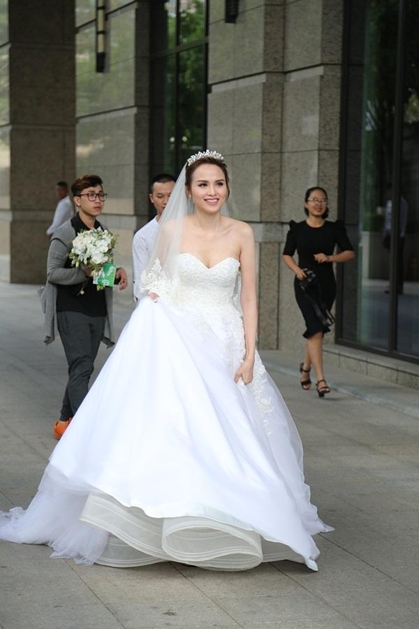 Trong tiệc cưới chính thức diễn ra vào buổi chiều, Diễm Hương thay đổi hai bộ váy cưới với tông màu trắng làm chủ đạo. Chất liệu chủ yếu tạo nên hai bộ váy khá quen thuộc như: voan, chiffon, ren, lụa.