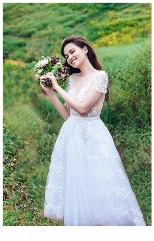 Vẻ đẹp yêu kiều của người đẹp trong bộ váy xòe ngắn cổ điển.