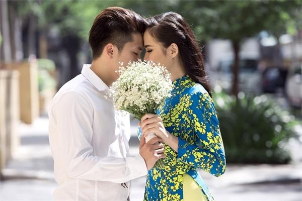 Cách đây gần một năm, khi chính thức công khai tình cảm với Quang Huy, Diễm Hương đã cùng vị hôn phu chụp ảnh áo dài. Cô diện mẫu thiết kế đơn giản với hai gam màu xanh, vàng làm gợi nhớ đến những cánh đồng hoa cải lúc trời vào thu.