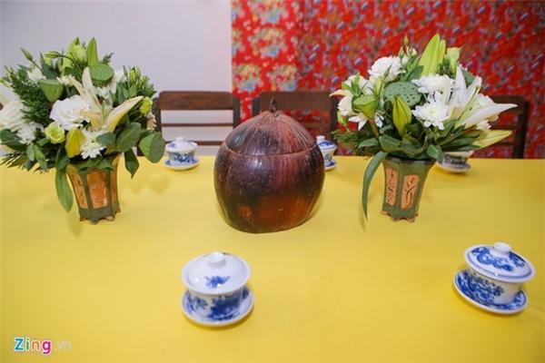 Bộ ấm chén cổ, hoa sen được đặt trên bàn tiếp khách hòa quyện cùng không gian đám hỏi cổ điển. - Tin sao Viet - Tin tuc sao Viet - Scandal sao Viet - Tin tuc cua Sao - Tin cua Sao