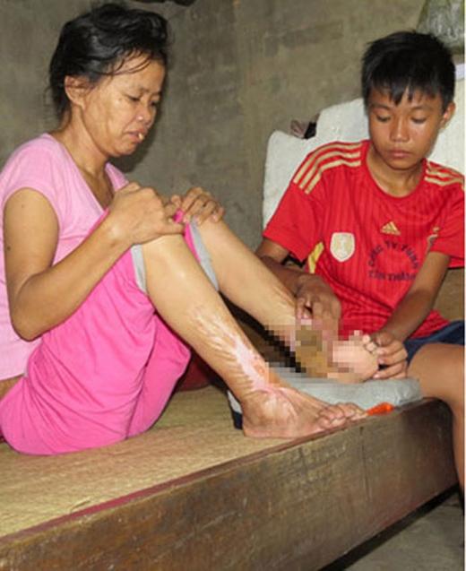 Cậu học trò nhỏ Phạm Văn Hiếu (14 tuổi) đang chămmẹ bệnh.Ảnh: Internet