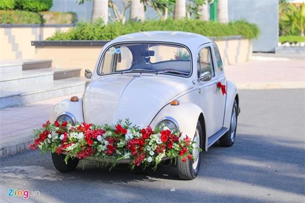 Khác với nhiều lễ rước dâu bằng xe ô-tô đắt đỏ trong showbiz, Diễm Hương và chồng chọn chiếc xe cổ sơn trắng. Chiếc xe được trang trí hoa trắng hồng lãng mạn. Cùng ngày, cặp đôi đãi tiệc cưới ngoài trời lúc 15h, tại một nhà hàng sang trọng nằm ở quận 10, TP HCM. - Tin sao Viet - Tin tuc sao Viet - Scandal sao Viet - Tin tuc cua Sao - Tin cua Sao