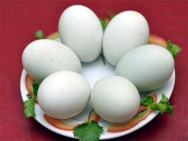 Nên và không nên khi ăn trứng vịt lộn