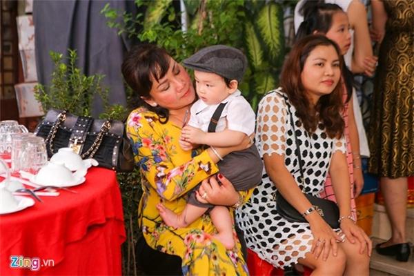 Như đã hứa sẽ giới thiệu con trai trong ngày cử hành đám hỏi, ngày 29/11, cậu nhóc Noah ăn vận bảnh bao, được người nhà bế ra chào hỏi khách mời đến tham dự lễ thành hôn của bố mẹ. - Tin sao Viet - Tin tuc sao Viet - Scandal sao Viet - Tin tuc cua Sao - Tin cua Sao