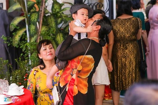 Người nhà thay nhau chăm sóc thiên thần của Diễm Hương trong khi cô và chồng bận rộn tiến hành hôn sự. - Tin sao Viet - Tin tuc sao Viet - Scandal sao Viet - Tin tuc cua Sao - Tin cua Sao