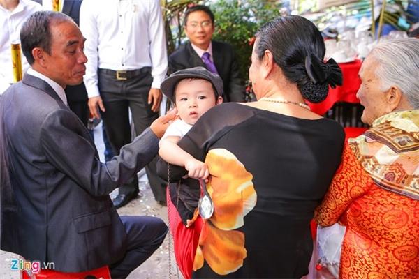 Nhóc tì10 tháng tuổi tỏ ra rất ngoan ngoãn khi được ông bà bồng bế. - Tin sao Viet - Tin tuc sao Viet - Scandal sao Viet - Tin tuc cua Sao - Tin cua Sao