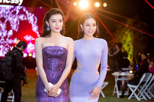 Cùng tham dự một sự kiện tại Hà Nội, hoa hậu Kỳ Duyên và áhậu Huyền My ngay lập tức thu hút mọi sự chú ý với những bộ váy bó sát khoe khéo đường cong trên cơ thể.