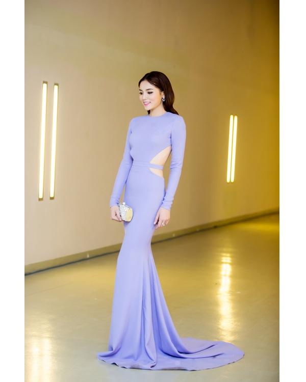 Hoa hậu Kỳ Duyên diện bộ váy xanh lơ kín cổng cao tường được nhà thiết kế Lê Thanh Hòa đo ni đóng giày. Đặc biệt, phần sau của thiết kế lại được cắt xẻ khá táo bạo. Bộ váy giúp người đẹp 20 tuổi trông thanh lịch, sang trọng hơn hẳn.