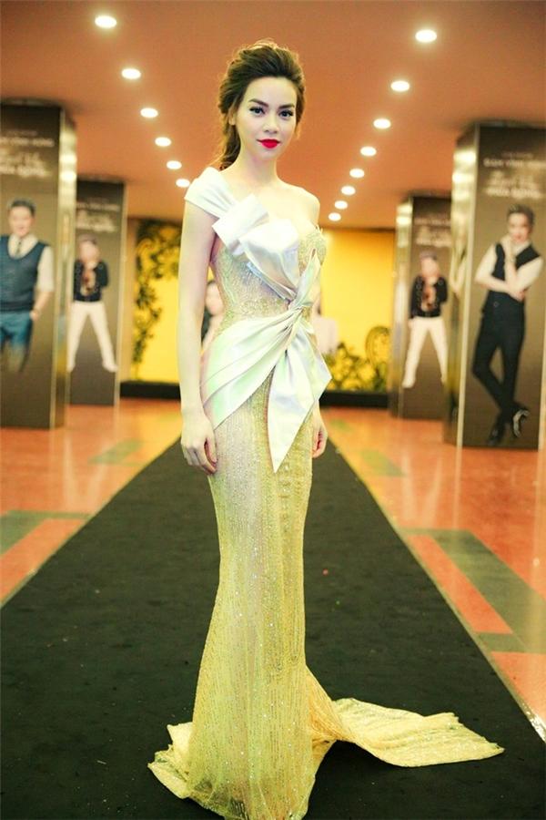 Tham gia đêm nhạc của nam ca sĩ Đàm Vĩnh Hưng tại Hà Nội, Hồ Ngọc Hàsang trọng, quyến rũ với váy ôm sát bằng chất liệu dệt kim xuyên thấu. Bà mẹ một con luôn diệnnhững trang phục minh chứng cho gu thời trang hàng đầu V-biz.
