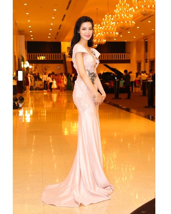 Sắc hồng pastel mang đến vẻ ngọt ngào, điệu đà cho hoa hậu Thùy Dung. Vốn ưa chuộng vẻ ngoài gợi cảm, phóng khoáng, tạo hình này của Thùy Dung đã mang đến dư vị hoàn toàn mới mẻ.