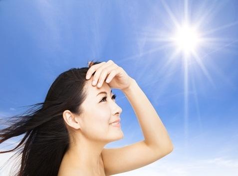 5 thói quen ai cũng mắc khiến tóc càng ngày càng xơ và dễ gãy, rụng