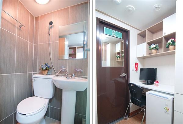 Goshiwon là những căn phòng cực nhỏ, diện tích chỉ khoảng 3 – 6 mét vuông. Tuy nhiên, nó vẫn có mặt đầy đủ các tiện nghi như tủ quần áo, góc làm việc, WC... được bố trí cực kì khoa học và có tính thẩm mĩ cao. (Ảnh: Internet)
