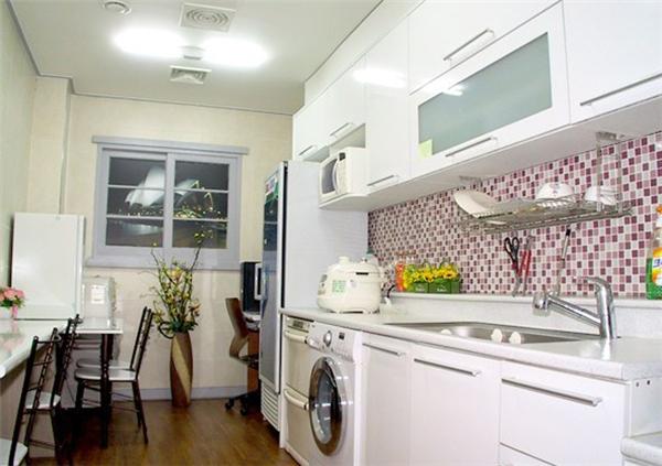 Tất nhiên, với không gian hẹp,nấu nướng là điều không thể. Do đó, tòa nhàcòn có khu nấu ăn chung cho người ở. Họ có thể chuẩn bị nguyên vật liệu, nấu rồi ăn ở đó hoặc mang về phòng. (Ảnh: Internet)