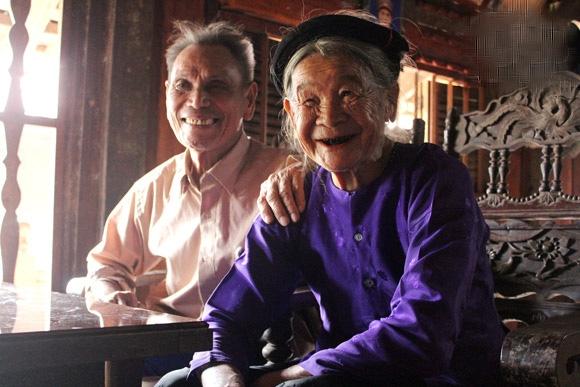 Những năm tháng bên nhau ông luôn tình cảm, nhẹ nhàng đối với bà. Gần 70 năm họ cưới nhau, 30 năm được sống chung dưới một mái nhà, hàng xóm chưa bao giờ nghe thấy một lần họ to tiếng, cãi vã. (Ảnh Internet)