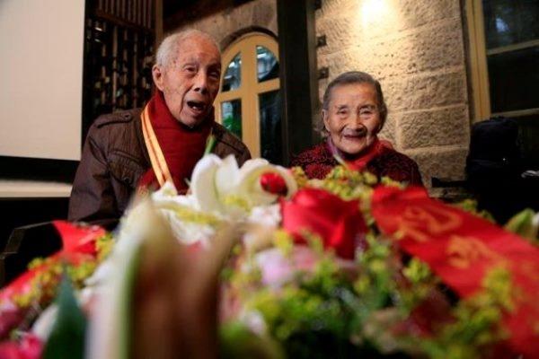 Năm nay tuy đã 98 tuổi nhưng độ lãng mạn của ông bà không thua kém bất kìcặp đôi trẻ tuổi nào. (Ảnh Internet)